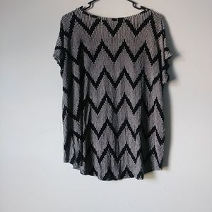 Forever 21 Tops - 5/$15 Forever 21 M Black Patterned High Low Tee